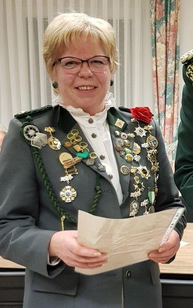 Gaby Puchta freut sich über ihre besondere Auszeichnung.