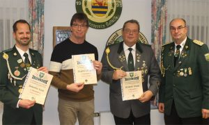 Von links: Sebastian Grote, Siegfried Wagner und Reinhard Franke freuen sich über die Auszeichnung für ihre besonderen Verdienste aus der Hand von Andreas Aue.