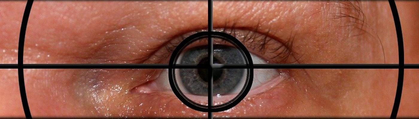 Auge schaut durch Fadenkreuz